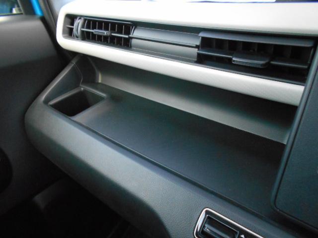 助手席の前には、小物を置けるオープントレイがあります。