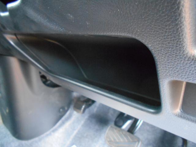 運転席の膝元にも収納スペースがあります。
