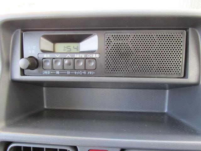 スピーカー一体型AM/FMラジオを装備。