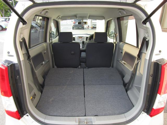 ワンタッチダブルフォールディング式リヤシート。ほぼフラットな荷室が広がります。