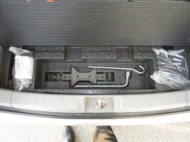 ラゲッジ下にはパンク修理キットと車載工具。