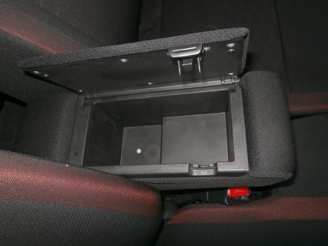 フロントアームレストボックスに収納機能付き