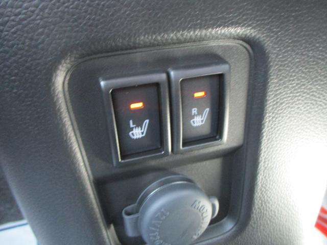 運転席・助手席にはシートヒーターを完備。