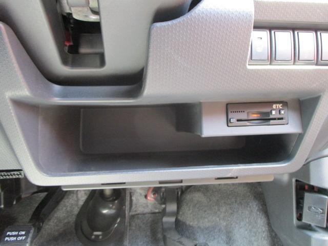 運転席シートは座面の高さ調節が可能です。