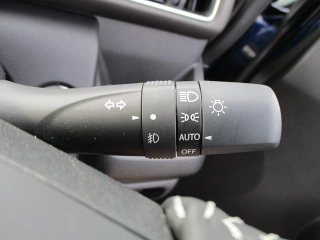 ライトのスイッチをAUTOに設定すると、周囲の暗さに応じてスモールランプ、ヘッドランプのON/OFFを自動で調整します
