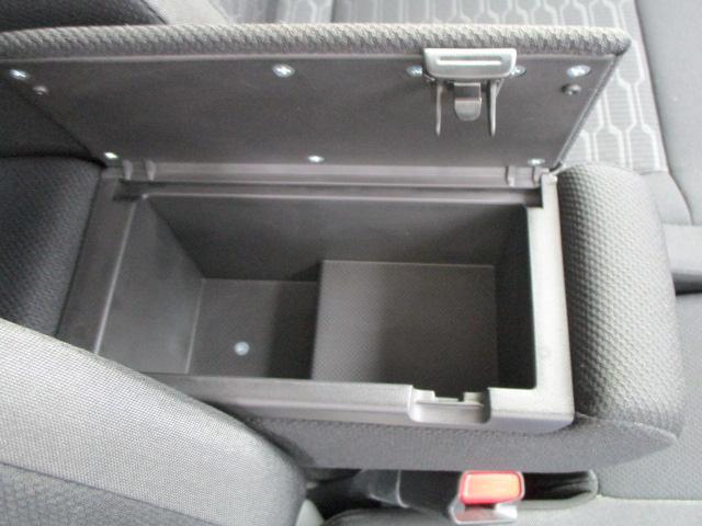 フロントシートアームレストは収納ボックスになっております。