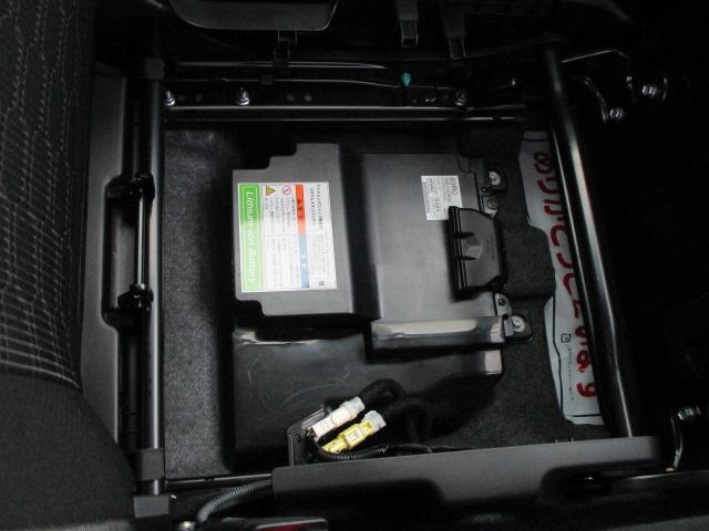 助手席下にマイルドハイブリッド用リチュウムイオンバッテリーでエンジンへの負担を軽減し燃費を向上させます。
