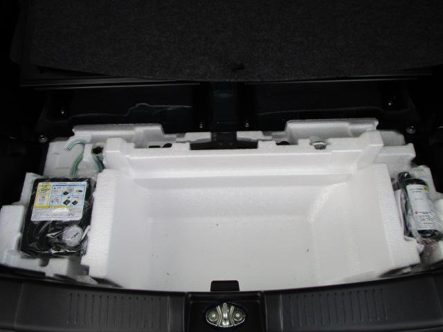 スペアタイヤレスにつき応急パンク修理キットを荷室床下に搭載しております!
