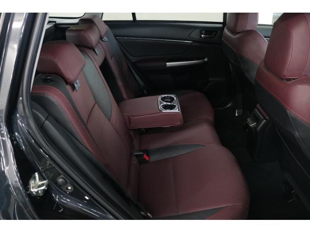 後部座席の足元は広くゆったりとお乗りいただけます!リクライニング機能やカップホルダー付アームレストもあり、ロングドライブも快適です♪