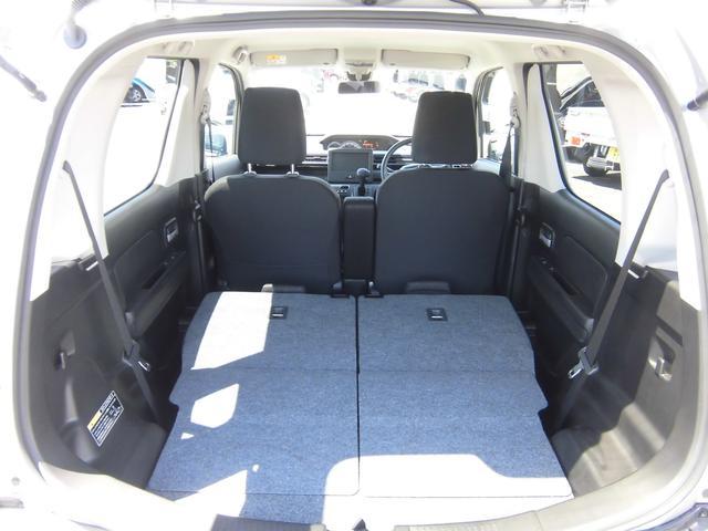 リヤシートを前に倒せば広い荷室空間を確保できます。