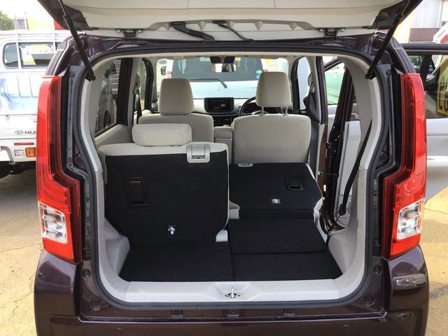 荷台スペース。一脚ずつ前後調整ができるので、荷物の積載量に合わせてシートスタイル変更可能です!