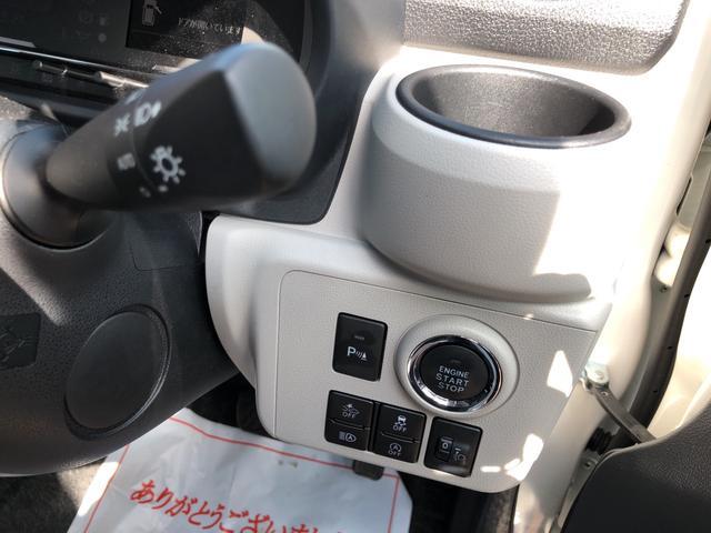 電子カードキーを携帯していれば、ブレーキを踏みながらボタンを押すだけで手軽にエンジン始動。緑色のランプ点灯がボタンを押す合図です。