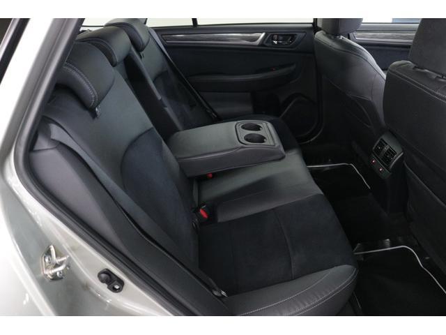 後部座席は足元にゆとりがあり、リクライニング機能付でゆったりとお過ごしいただけます