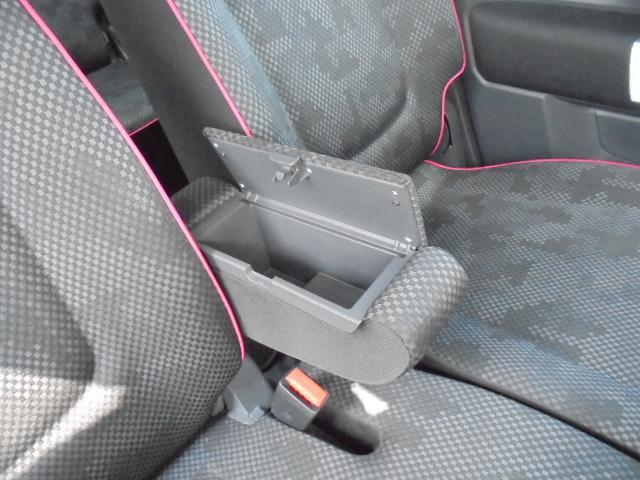 フロントシートのアームレスト(肘置き)内は収納スペースになっています!