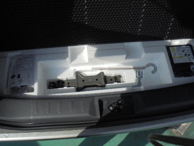 パンク応急修理キット、コンプレッサー、ジャッキ等の工具は荷室下に完備!!