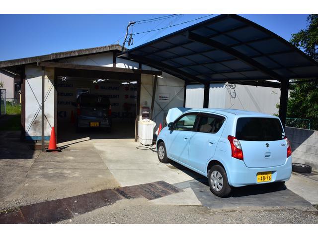 中古車商品化センターです。こちらで中古車の清掃、仕上げ等を行っています。洗車・車体みがき・車内クリーニング等車体整備以外の中古車商品化を専任者が行います。