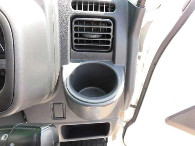 エアコンの吹き出し口の前にドリンクホルダーがあります。地味な事ですが、ウレシイです。