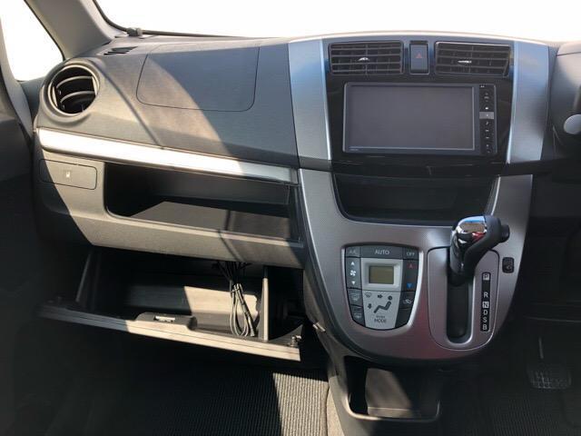 【グローブボックス】以前はドライブ用の手袋(ドライビンググローブ)を入れるためのものであったため、このように呼ばれるようになった。現在では車検証入れなどとして活用されることが多いですよ☆