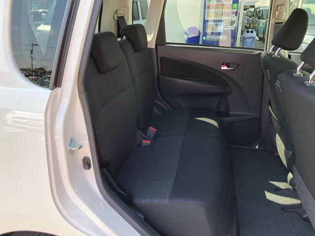 コンパクトなボディなのにリヤシートも足元広々で嬉しい♪手触りの良いシート表皮が、ゆったりとくつろげる空間を演出してくれます♪