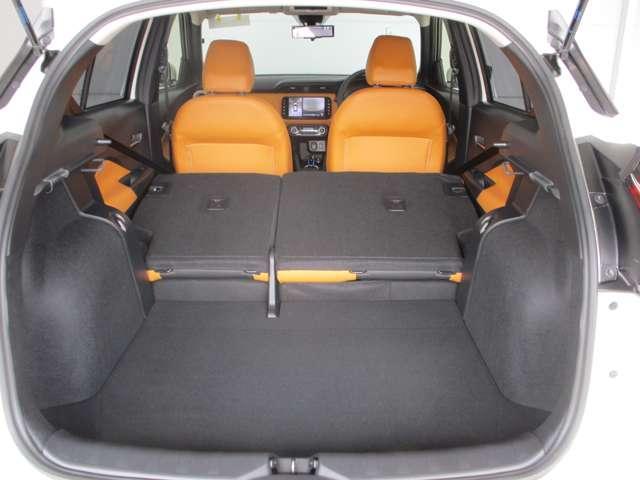 後部座席もシートを倒すと荷物をたっぷりと積むことが出来ます。
