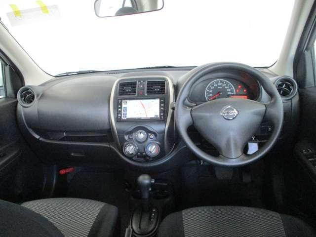 シンプルで使いやすいデザインの運転席。