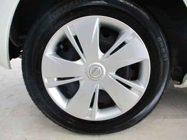 タイヤサイズが14インチでホイールカバー付です。