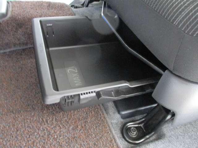 助手席下に靴等を入れられるシューズボックス付。