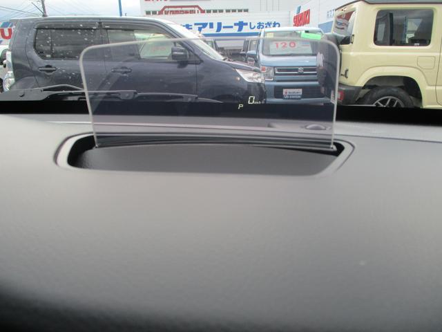 エンジンをかけると運転席の前にヘッドアップディスプレイが出現!車速やシフト位置・警告などの情報を表示してくれます。