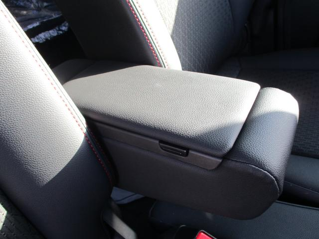 アームレストがあるので、長距離運転時などドライバーの負担を軽減してくれます。