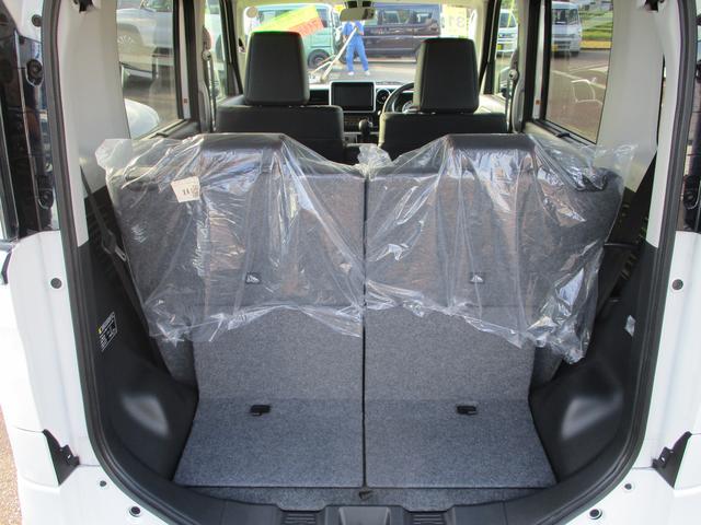【4名乗車+少し荷物】後部座席を立てた状態での収納スペースです。普段のお買い物程度の荷物はここで十分です。