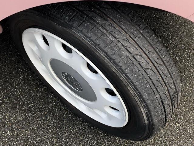 【ホイールキャップ】自動車の車輪の外側取り付け部につける円盤状のおおいで、締め付けボルトなどを保護し装飾をも兼ねてますよ☆
