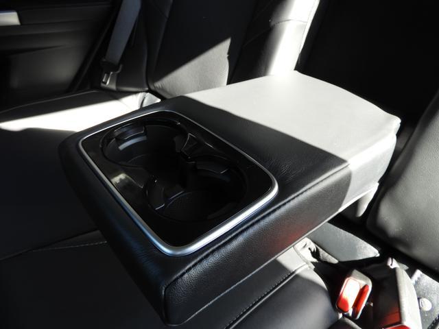 アームレストとカップホルダー付で後部座席も快適。
