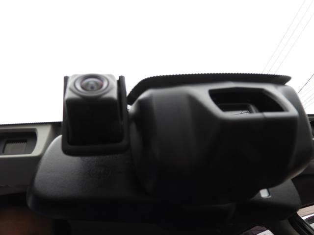 ドライブレコーダーのカメラとハイビームアシストのセンサーです