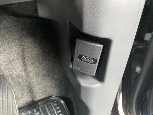 運転席の右下にボンネットのレバーがあります