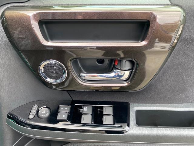 運転席の窓はAUTO機能付きで全席の窓の操作が可能になっています