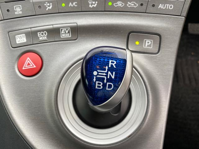 シフトレバーは握りやすい形でECOモードやEVモードの切り替えもボタンで行えます