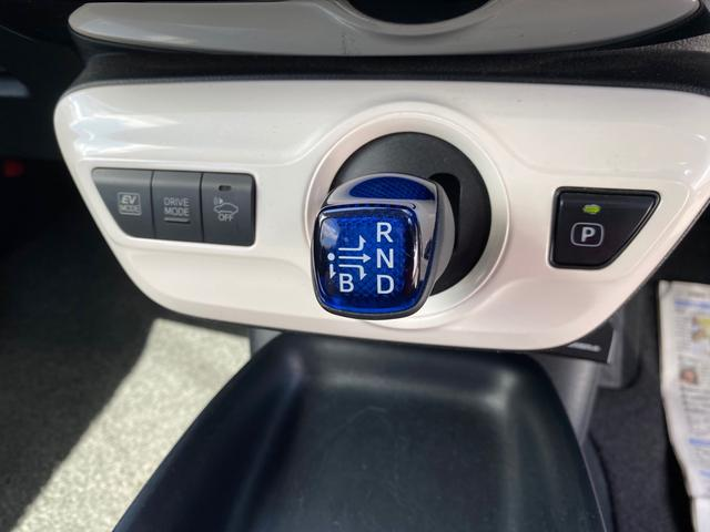 シフトレバーは操作しやすい形で隣のボタンでEVモードなどの切り替えもできます