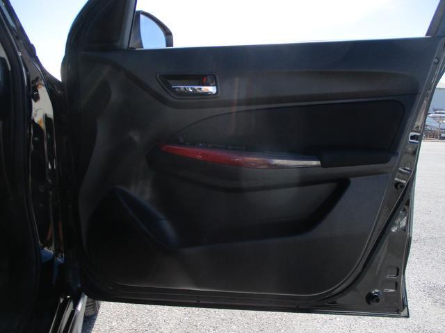 運転席ドア内側部分にも書類を収納できるくらいのスペースございます