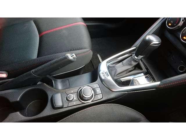 手もとを見ずに直感的に操作できる位置にコマンダーコントロールを設置!