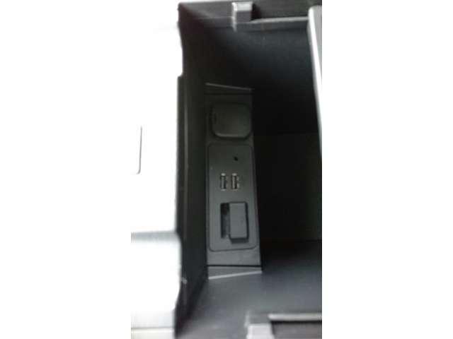 前・後アームレストの中にUSBの差込口が2つずつ装備しています。また電源ソケットはラゲッジスペースにもあり、蓋もついています。携帯の充電以外にも空気清浄機やドラレコの電源にも使うことが出来ます。