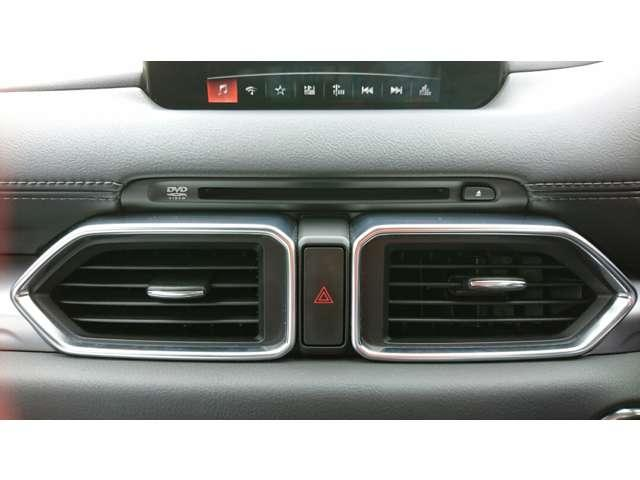 運転席/助手席が独立して調節可能な花粉除去フィルター付きフルオートエアコンです。