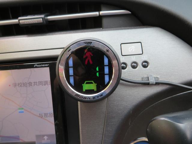 モービルアイという後付けできる衝突防止補助システムがついています、車両のフロントガラスに取り付けたカメラが前方車両車線を検知。前方車間距離警報・衝突の危険が迫るとアイコン表示と音で交通事故を防ぎます。