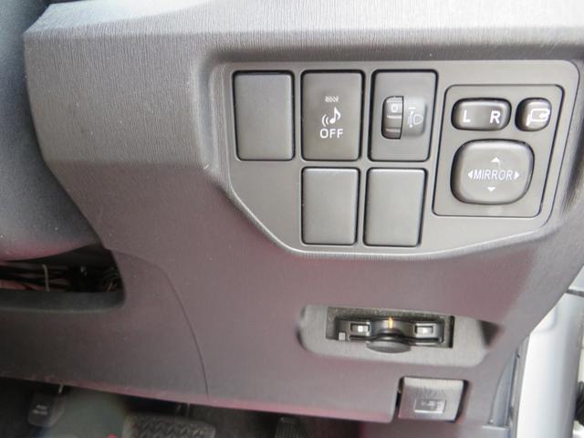 ステアリング右下には、音声ETC、車両接近通報装置♪マーク、電動格納ミラー&調整他。