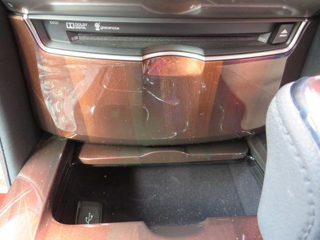 エアコンパネル下には、CD&DVD、小物入れ