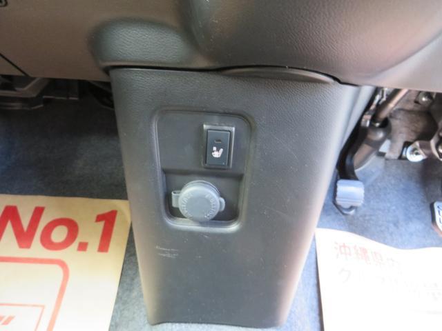 シフトパネル、下にある電源シガーソケットと、運転席シートヒーター付き