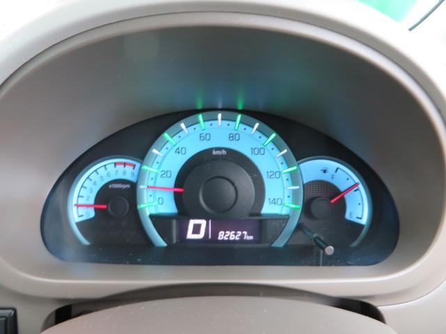 メーターは、低燃費時にグリーン、充電時にはホワイト、停車時にはブルーと、低燃費をアシストするエコインジゲーターイルミネーションで美しいです。