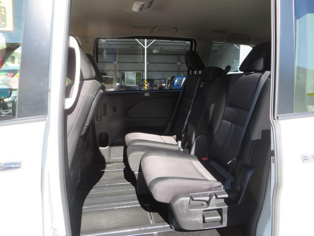 助手席側より2列目シートより、シートは前後スライド&リクライニングします、全席抗菌・消臭クリーニング仕上げ。