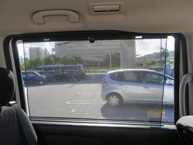 2列目シートのドアの窓には、ロールカーテンシェードがあり、まぶしい日差しをカット、うれしい装備です。