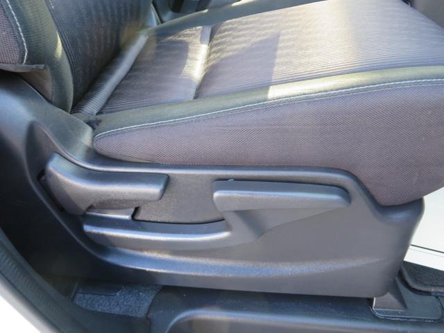 運転席シートより、座面の高さ調整できるアジャスター付きで便利です。