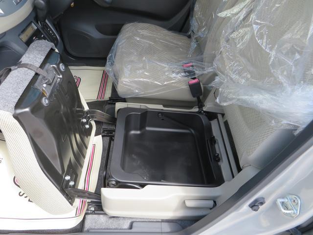 助手席座面下には、大きな収納BOX付きで便利。